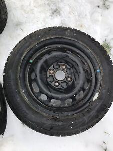 4 pneus d'hiver 185/55R15 sur jante