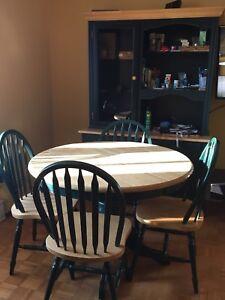 Ensemble de table, 4 chaises et étagère