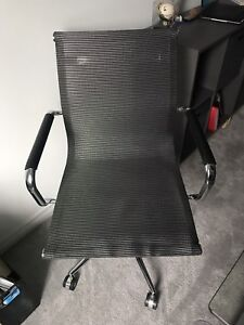 Selling office chair from Structube!