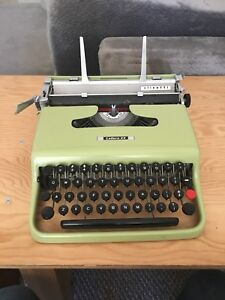 Olivetti Lettera 22 - Rare GREEN colour with round keys - As is