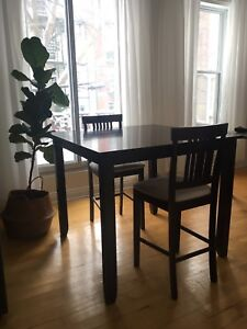 HIGH TABLE WITH CHAIRS / TABLE HAUTE AVEC CHAISES