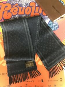 3e950c7aa376 Burberry Echarpe   Kijiji in Greater Montréal. - Buy, Sell   Save ...