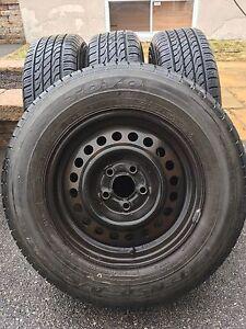 4 pneu d'été 200$ negociable avec cap de roue (toyo)