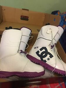 NEW size 9 Women's Snowboard boots