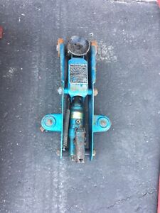 Hydraulic jack without handle