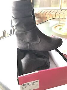 Girls Grey boots ((New ) Keinbah Cessnock Area Preview