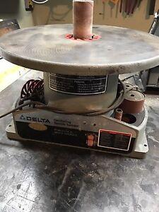 Delta oscillating spindle sander