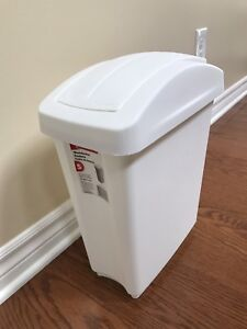 3 Rubbermaid garbage cans
