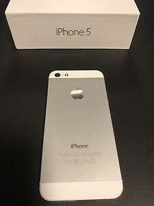 White Iphone 5 64GB with box and accessories London Ontario image 2