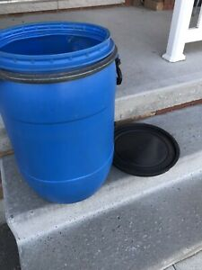 Plastic barrel with lid and steel band fastener