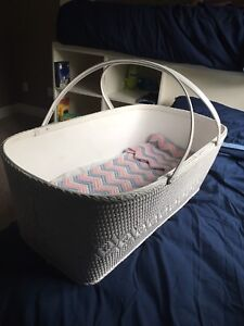 Bassinet with base