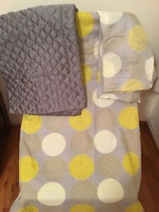 Queen duvet cover and 4 pillow cases