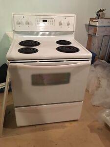 Cuisinière stove très propre Frigidaire blanche