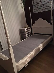 Base de lit & sommier à vendre!/Bed frame and box for sale!