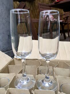 Box of 18 champagne flutes.