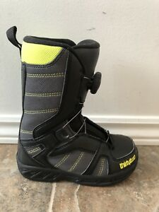 Thirty-two Boa snowboard boots kids size 1