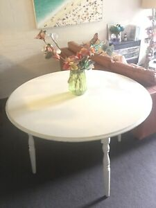 Melchair rounded dining table