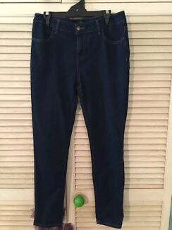 LADIES JEANS FOREVER 21 SIZE US 28