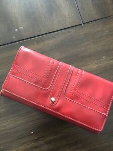 Also red wallet