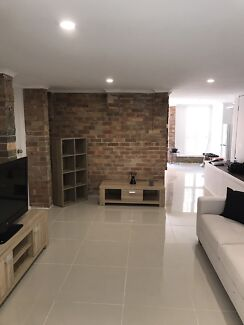 Fully renovated flat, ceiling fans, wood floor's close to Westfield