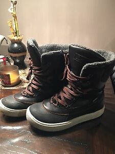 Men's size 10 extremely new condition Superfit boots.