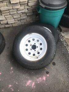 Deux pneus et rims de remorque