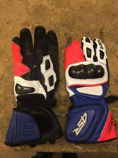 4SR racing gloves.
