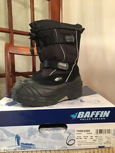 Like new -excellent youth Baffin snow boots