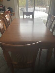 Selling dining room set for 300$