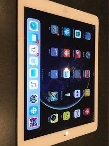 iPad Air  64 GB batterie à changer 175$ en excellent état.