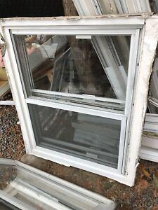 Fenêtre de bois solide et fonctionnel 20$/chq
