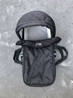 Mountain buggy swift bassinet/carrycot perfect condition + rain-cover!