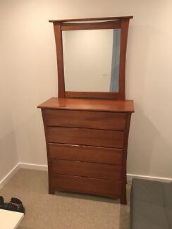 5 piece queen size bedroom suite / furniture set