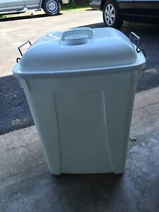 Locking diaper pail with liners, smaller round diaper pail