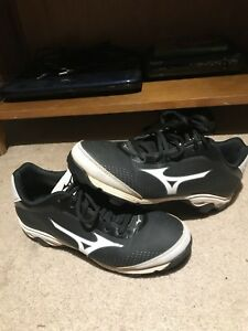 Mizuno baseball cleats size 7 great condition!