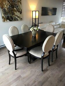 Table avec 6 chaises et une rallonge