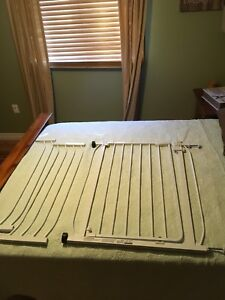 Metal baby gate with 2 extra side extenders