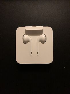 Genuine Apple Eapords with lightning cable