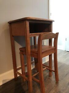 Table d'appoint et chaise en bois massif