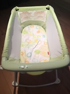 Fisher price bassinet excellent condition 30$$$