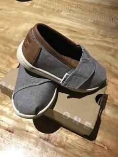 TOMS toddler shoe size 6