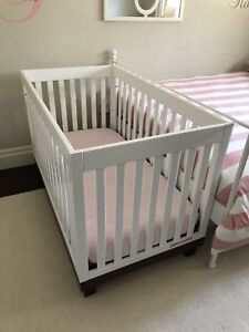 Crib, convertible to Toddler bed, with mattress