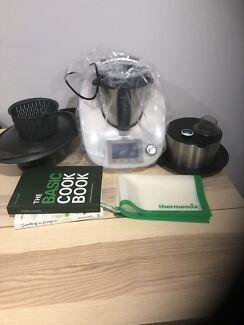 Thermomix TM5 + accessories + Books