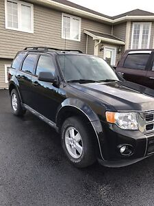 PRICEd TO SELL FAST!! 2010 Ford Escape 4wd!!