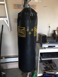 Heavy bag with wall bracket and gloves