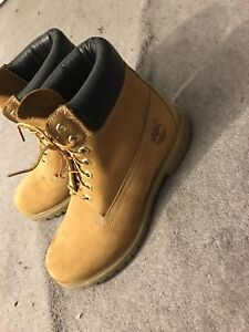 BARLWY WORN TIMBERLAND BOOTS