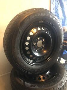 4 jantes et pneus 195 65 15 ( Goodyear) peu d'usure ford