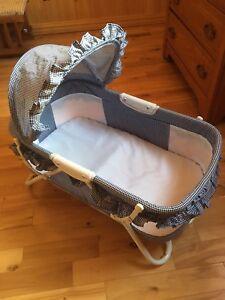 Petit lit de bébé pliable