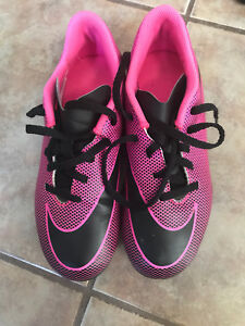 NIKE GIRLS SOCCER SHOES 4Y