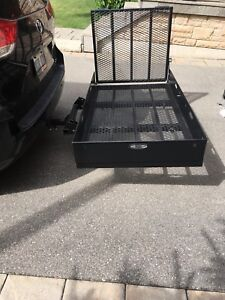 Cargo carrier with extendable ramp
